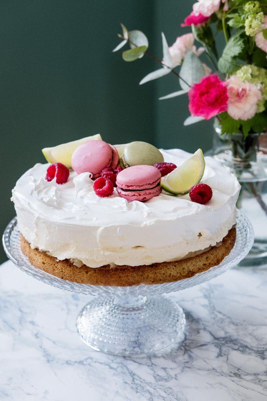 Kakun päälle tulevan marengin pinnan voi tohottaa kaasupolttimella tai jättää kauniin valkoiseksi.