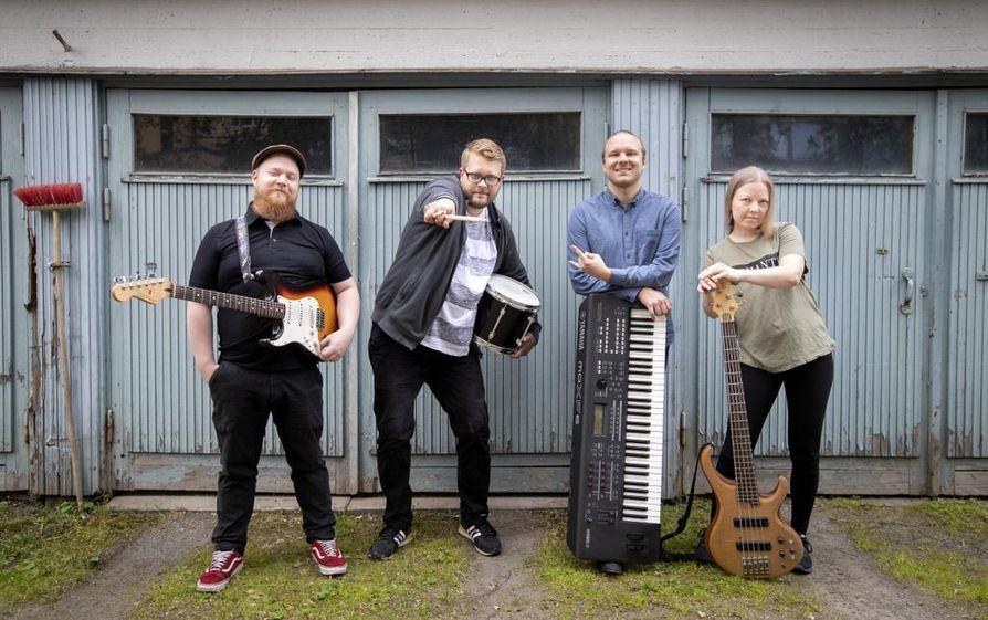 Antti Karjalainen, Niko Konttinen, Jere Tulivirta ja Katariina Kuure soittavat livekaraokeyhtyeessä. Karaoke on soittajillekin jännittävä paikka.