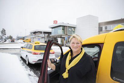 """Taksipaikkojen vähäinen määrä aiheuttaa haasteita taksikuskeille OYSilla – """"Taksikuski on joutunut jättämään auton jonnekin muualle ja saanut siitä sakon"""""""