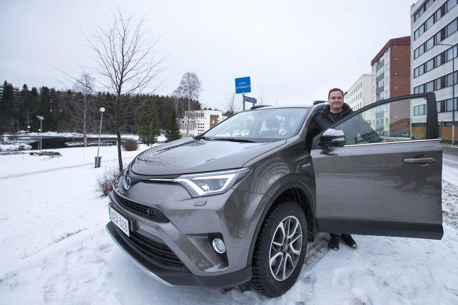 Kajaanilainen perheenisä Sami Halonen hankki neljä kuukautta sitten elämänsä ensimmäisen hybridiauton. Hän halusi ehdottomasti ympäristöystävällisen ja varman auton.