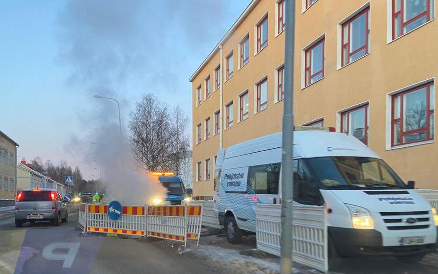 Raksilan putkivuotoa korjataan parhaillaan Teuvo Pakkalan kadulla.