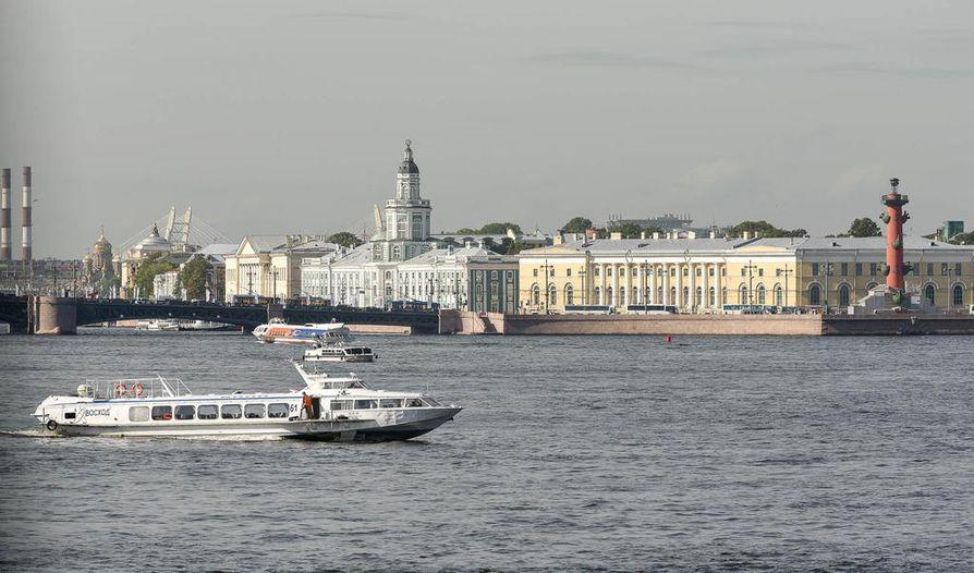 Pietarin kaunista miljöötä Neva-joelta. Jokiristeilyt kulkevat myös kanavien kautta.