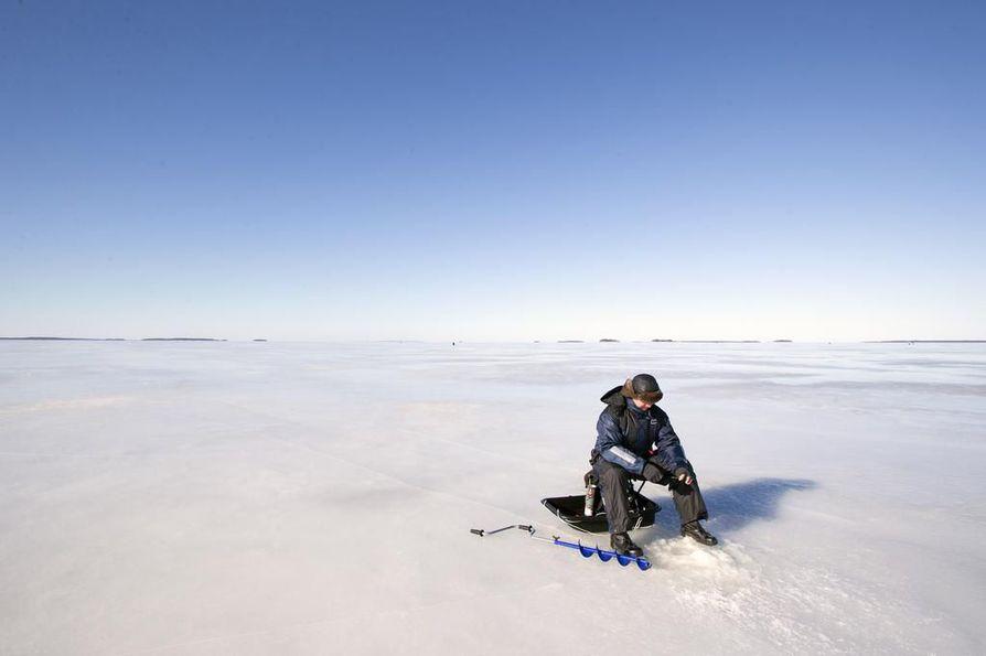 Oulun talvi tarjoaa monenlaista kuvattavaa.  Nallikarissa pääsee nappaamaan kaloja tai kuvia pilkkijöistä.