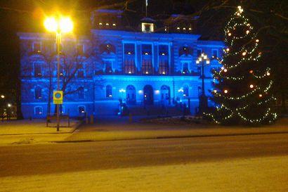 Lukijoiden kuvat: Oulu on kietoutunut sinivalkoiseen juhlavalaistukseen