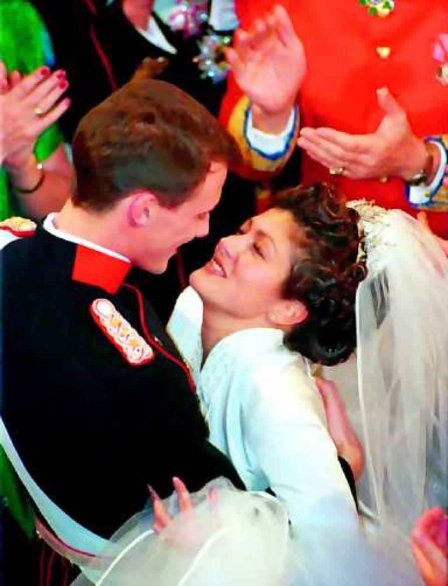 Kun kaikki oli vielä hyvin. Prinssi Joachim ja prinsessa Alexandra tanssivat häävalssia marraskuussa 1995.
