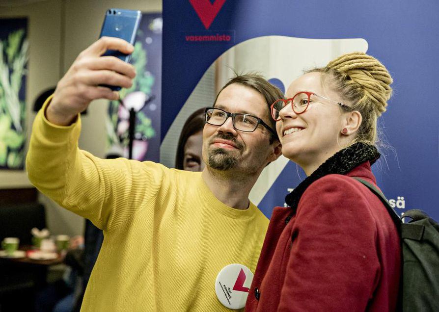 Kansanedustajaehdokas Olli Kohonen halusi ottaa selfien kansanedustaja Hanna Sarkkisen kanssa lauantaina vasemmistoliiton Oulun kunnallisjärjestön eduskuntavaalikampanjan avaustilaisuudessa lauantaina.