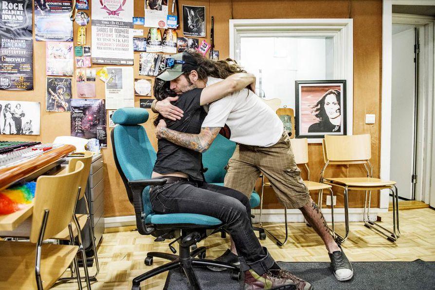 Douglas Blair halaa rokkiakatemiassa vaikuttavaa lavamanageria Mark Beterneytä. Beterneyllä on iso rooli siinä, että Blair asuu nyt Suomessa.