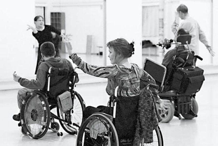 Pyörätuolitanssikurssilla kädet saavat kyytiä. Tanssinopettaja Tiina Keränen opettaa kurssilaisille saman sarjan, jota hän teettää nuorten diskotanssikurssilla. Etualalla Leila Uusitalo.