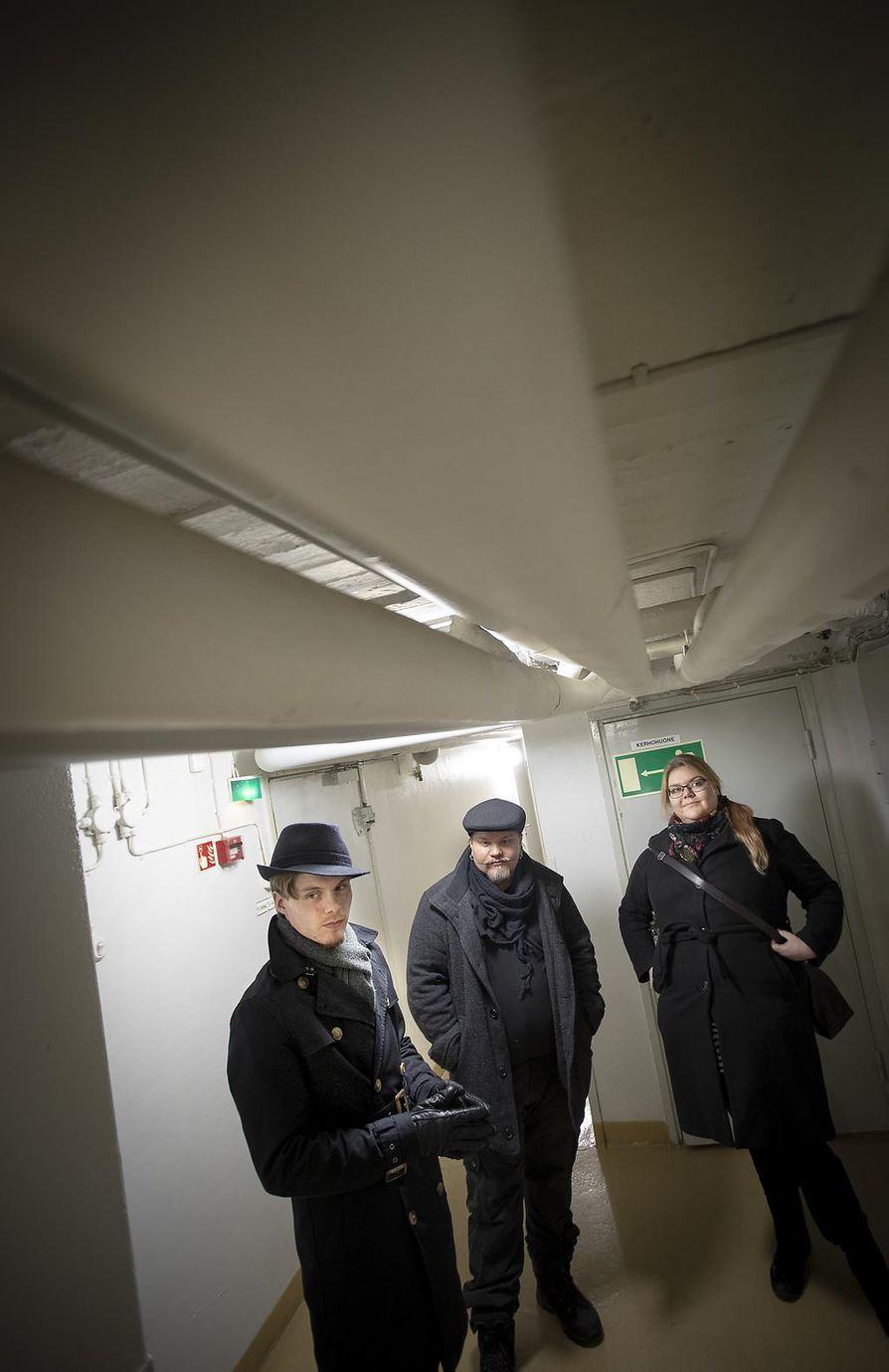 Jaakko Hentilä (vas.), sisällöntuottaja Make Ritvanen ja Studio Korppikelan Julia Salminen pitävät kellarikäytävää rakennuksen hyytävimpänä paikkana.