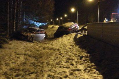 Kahden henkilöauton peltikolari haittasi liikennettä Kasitiellä Raahessa