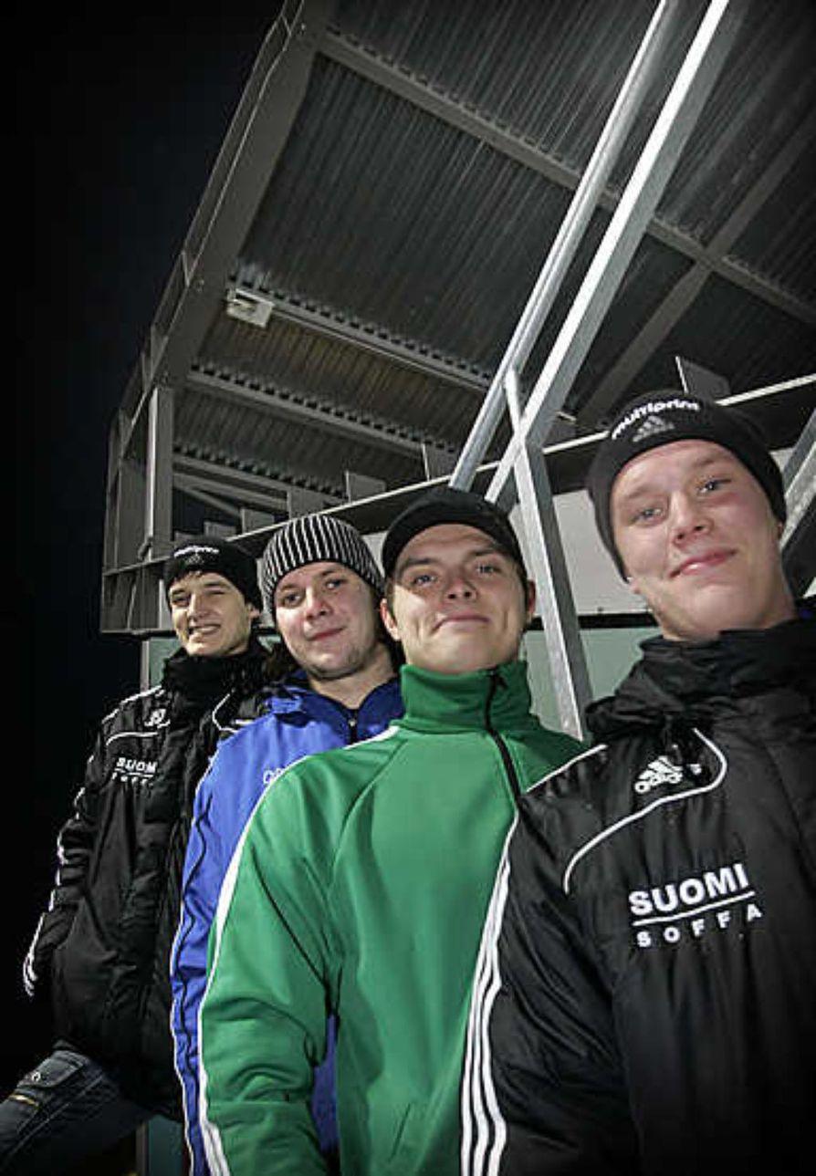 Pertti Virtanen (edessä), Jukka Loukkola, Samuli Koivuniemi ja Markus Kumpuoja ovat kypsymässä kärkitason jääpalloilijoiksi.