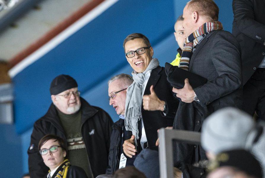 Alexander Stubb kävi katsomassa Kärppien peliä Raksilassa.