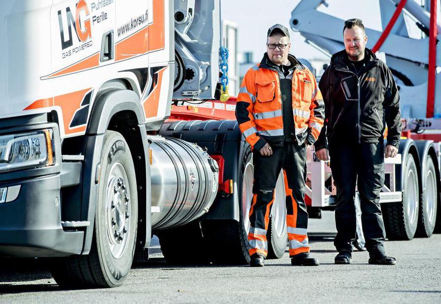 Kuljettaja Vesa Rahko (vas.) ja kalustopäällikkö Pekka Keski-Korsu esittelevät Korsu Oy:n uuden nesteytettä kaasua (LNG) kuorma-autoa.
