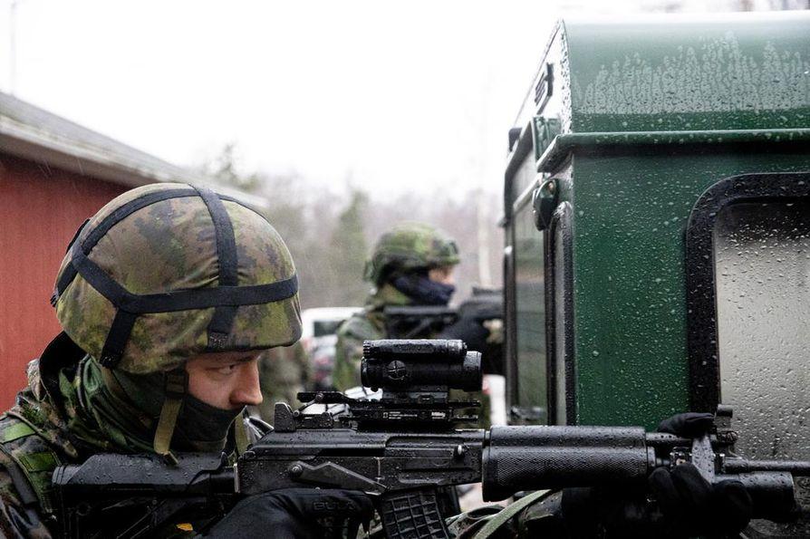 """""""Tule ulos sieltä autosta heti!"""" Kuva on puolustusvoimien meneillään olevasta pääsotaharjoituksesta Kaakko 19:stä."""