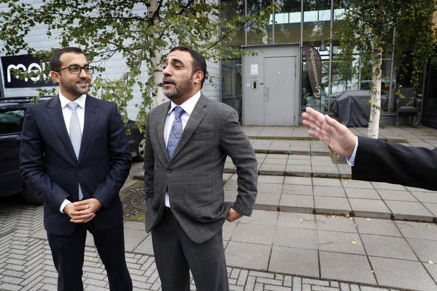 Delegaatio tutustumassa Gamelabiin. Sheikki Fahim Sultan Al Qasimi ( vas.) ja Hussain Al Mahmoudi.