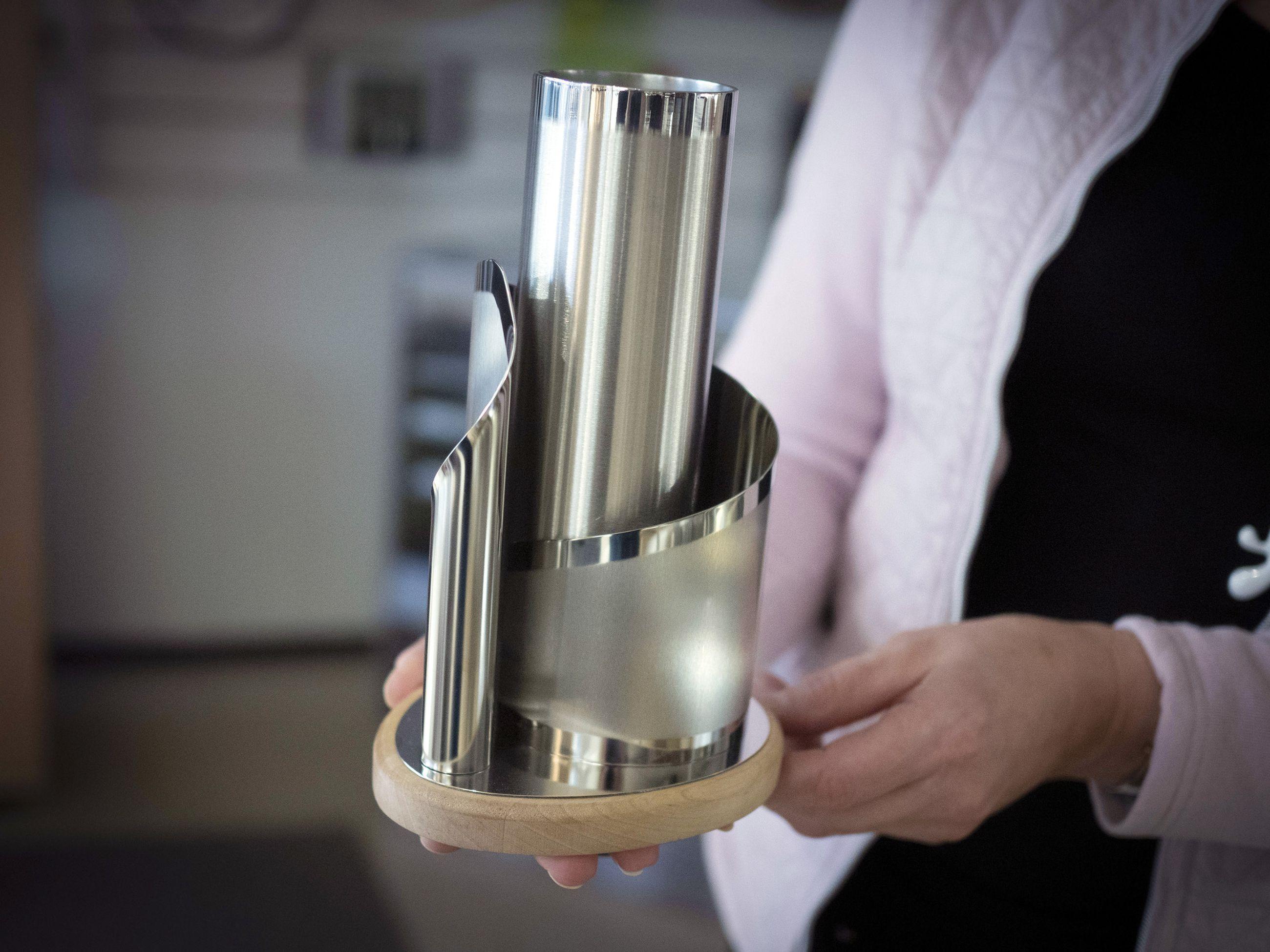 Kultatupa tarjoaa korjauspalveluiden lisäksi laajan valikoiman koruja, kelloja ja lahjatavaroita. Liikkeestä löytyy myös uniikkeja koriste-esineitä, kuten tämä Torniossa valetusta pohjoisen teräksestä työstetty Nikama Designin vaasi.