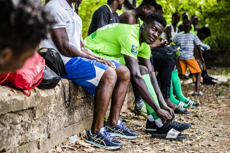 Maxwell Arthur on johtajatyyppiä, joka kantaa Ghanassa seurajoukkueessaan kapteenin nauhaa. Harjoituskentillä ei ole pukusuojia vaan pelikamppeet puetaan ylle puiden alla.