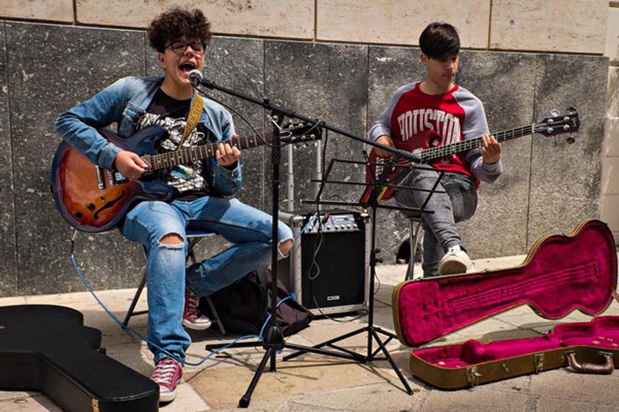 Summertime! laulavat paikalliset muusikkopojat ohikulkijoille toukokuun helteessä.