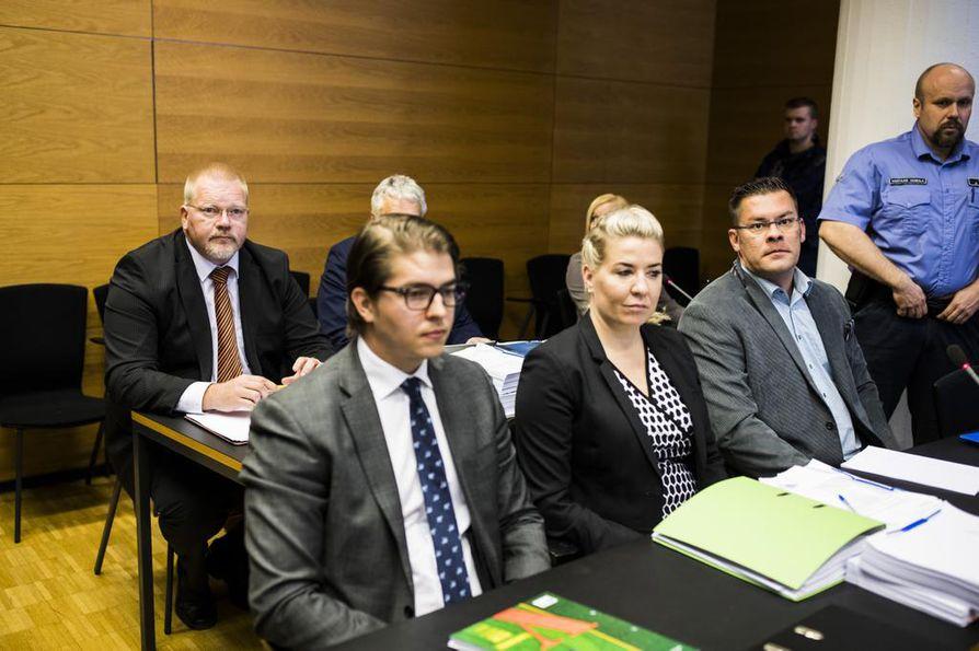 Johan Bäckman (ensimmäinen vasemmalta) tuomittiin käräjäoikeudessa viime vuonna vainoamisesta, törkeästä kunnianloukkauksesta ja yllytyksestä törkeään kunnianloukkaukseen. Ilja Janitskin (toinen oikealta) tuomittiin yhteensä 16 rikoksesta.