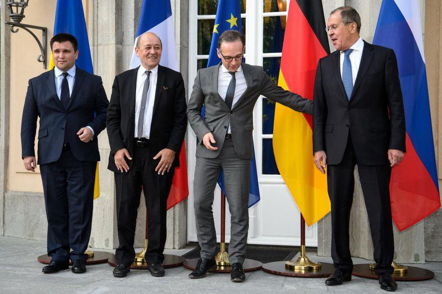 Ukrainan ulkoministeri Pavlo Klimkin (vas.) ja Venäjän ulkoministeri Sergei Lavrov (oik.) asettuivat yhteiskuvassa kauas toisistaan. Ranskan Eurooppa- ja ulkoministeri Jean-Yves Le Drian ja Saksan ulkoministeri Heiko Maas tekivät parhaansa.