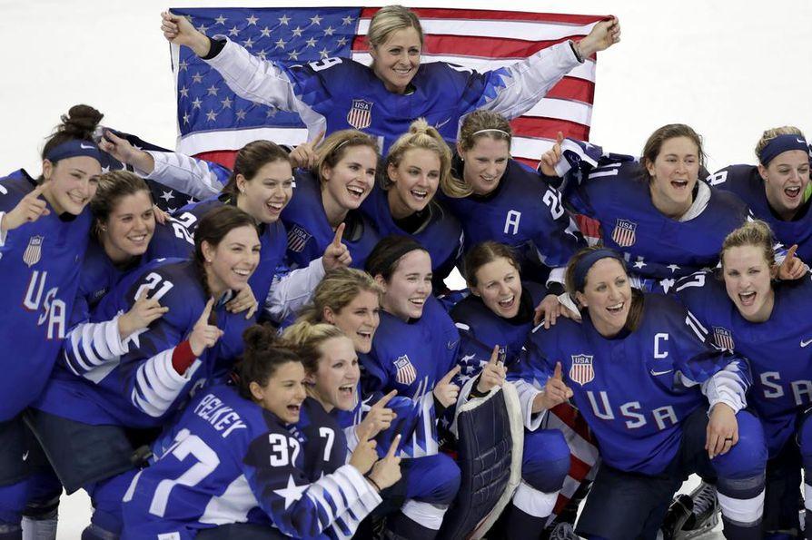Yhdysvaltojen naisjoukkue juhli olympiavoittoa torstaina.