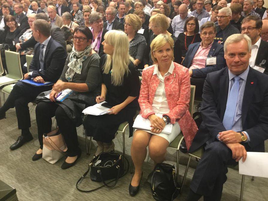 Muun muassa Petteri Orpo (vas), Tiina Tuomela, Laura Huhtasaari, Anna-Maja Henriksson ja Antti Rinne valmistautuivat puolueiden puheenjohtajien paneeliin Kuntamarkkinoilla Helsingissä.