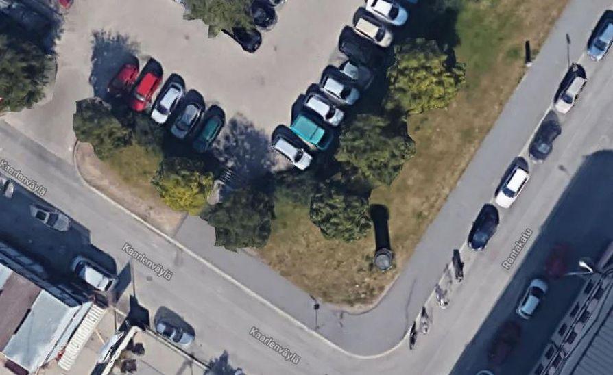 Autorannan pysäköintialueelle laskeutuvat kiviportaat ovat vain joitain metrejä ennen autojen ajoluiskaa. Etenkin talvella moni hujauttaa epähuomiossa autonsa portaista alas.