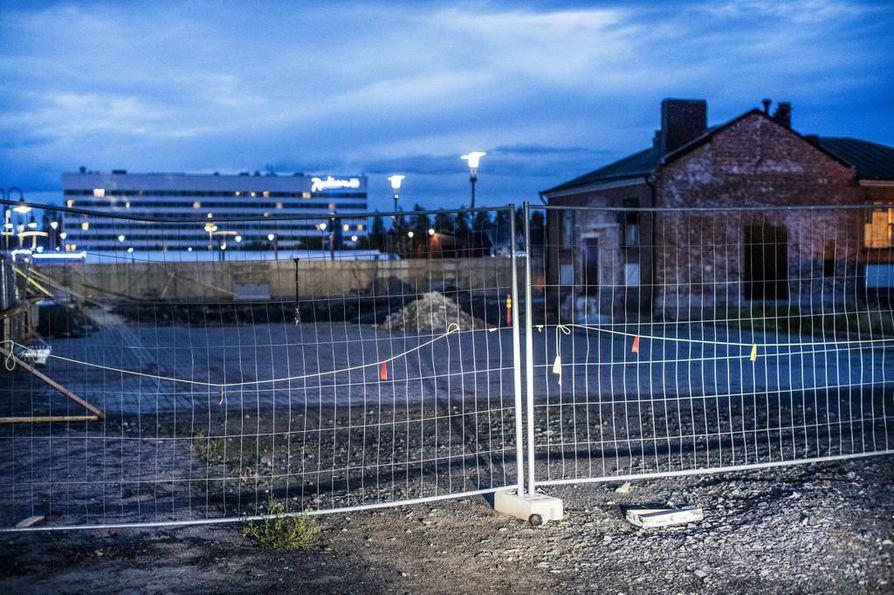 Monttu odottaa työn alkamista Kauppahallin vieressä. Kauppahallin ja uuden hotellin väliin on kaavailtu tilaa, joka yhdistäisi rakennukset. Kauppahallin remontti kuitenkin alkaa ensi vuoden alussa riippumatta siitä, millä mallilla hotellihanke silloin on.