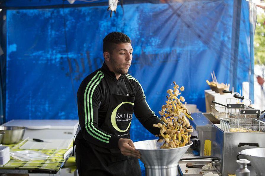 Italialainen Joel Stigfiani viettää koko kesän katuruokafestivaalin mukana kiertäen. Kesän pesti on Stigfianin ensikosketus Suomeen. Kojussaan hän valmistaa paistettua kalaa ja vihanneksia.