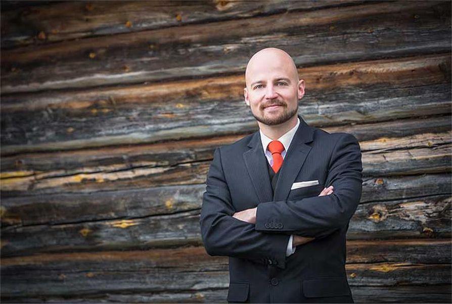 Lappilainen kansanedustaja Mikko Kärnä pääsi eduskuntaan varapaikalta, kun Paavo Väyrynen ei ottanut paikkaansa vastaan. Nyt Väyrynen on palaamassa eduskuntaan.