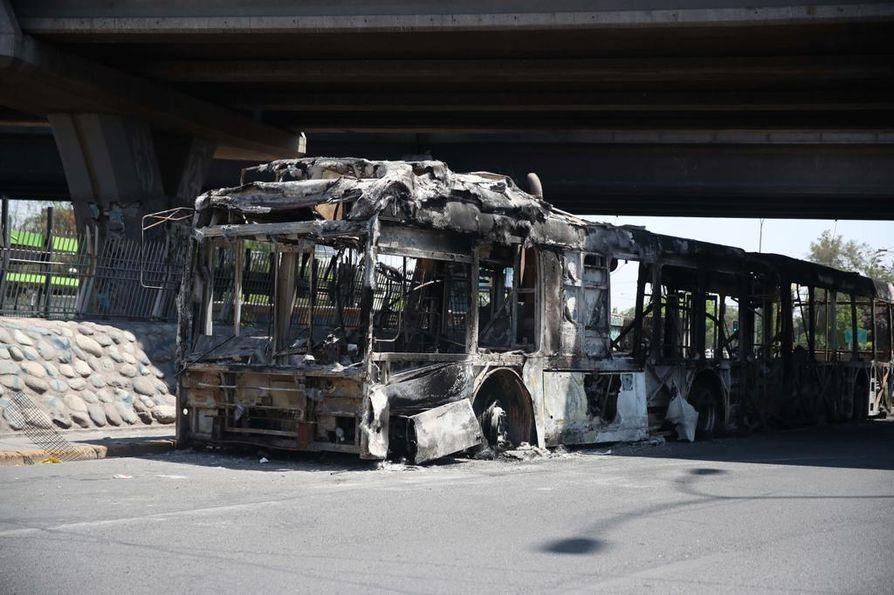 Mielenosoittajat ovat polttaneet busseja ja aiheuttaneet tuhoja metroasemilla Chilen pääkaupungissa Santiagossa.