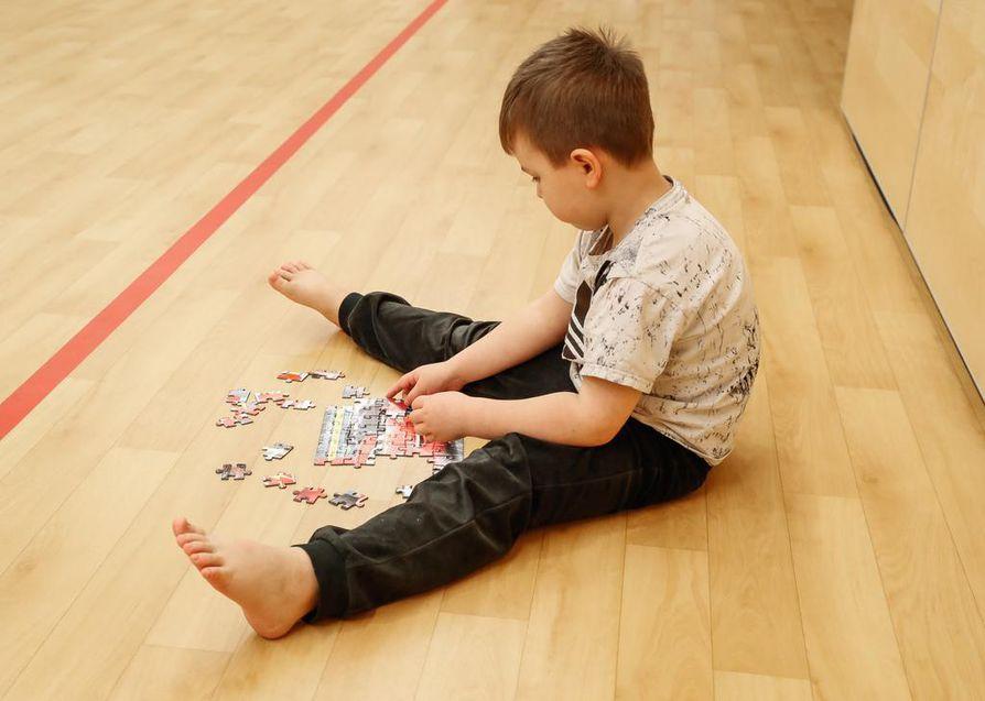 Haaraistunta. Kasvavan lapsen on erityisen tärkeää päästä istumaan lattialla jalat suorana alustaa vasten, myös jalat yhdessä täysistuntaan selän pysyessä suorana.