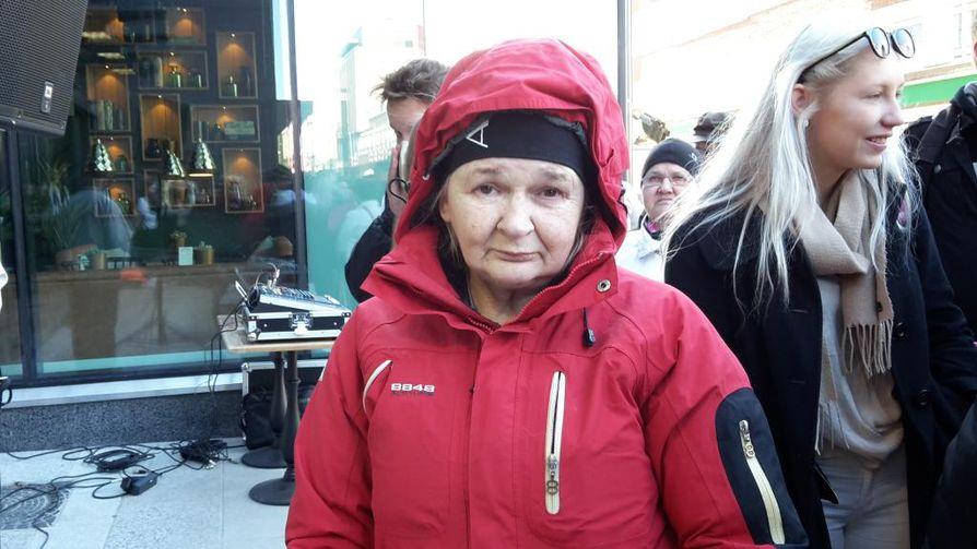 Ulla Typpö tuli kauppakeskuksen avajaisiin kahvitarjousten houkuttamana.