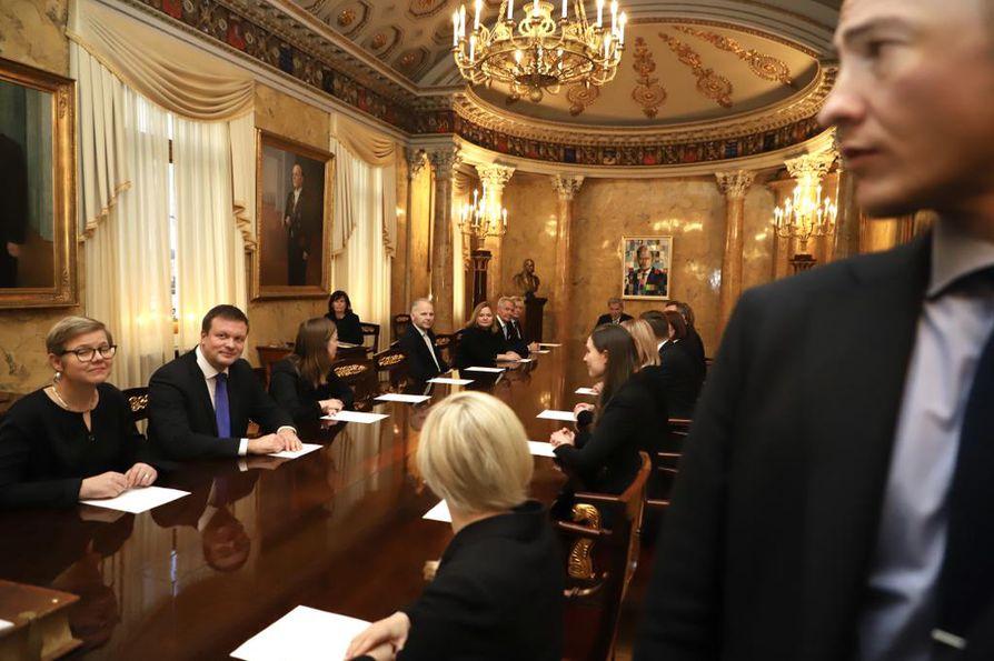 Tasavallan presidentti Sauli Niinistö (keskellä pöydän päässä) nimitti Sanna Marinin hallituksen valtaan valtioneuvoston linnassa.