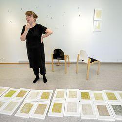 Kuvataiteilija Mira Liimatainen on perehtynyt kasviväreihin ja tekee taidetta paikan ja hetken ehdoilla