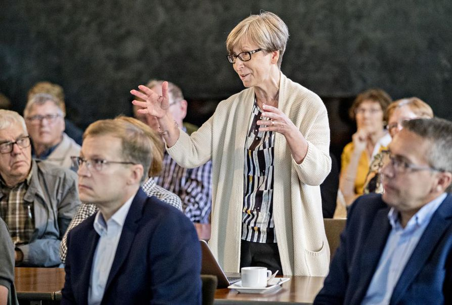 Helka-Liisa Hentilä esitti puheenvuoronsa torstaina Lasaretinsaaren kaavahankkeen esittelytilaisuudessa Merikoski-salissa.