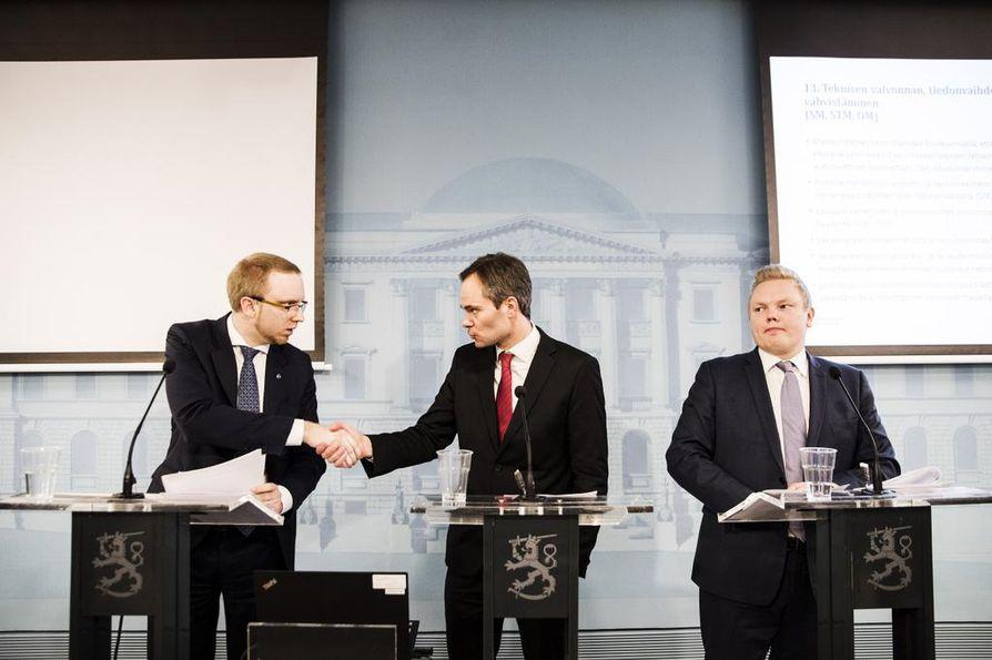 Simon Elo (sin.), sisäministeri Kai Mykkänen (kok.) ja Antti Kurvinen (kesk.) toivovat EU:n rajoilla tehtävää turvapaikkakäsittelyä.