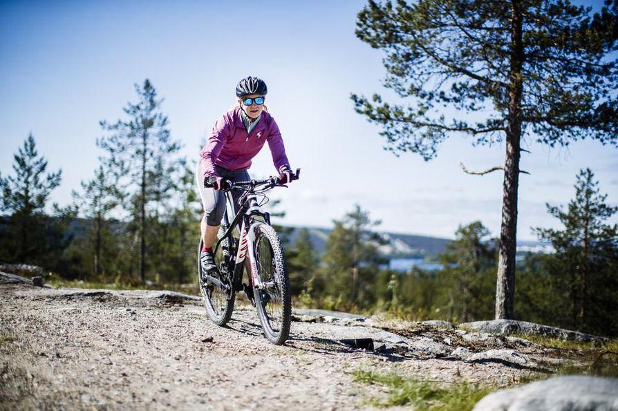 Kati Vehmaksen pitkä lenkki kestää 2-4 tuntia. Usein hän katsastaa uusia paikkoja ja vieraita polkuja. Näin mielenkiinto säilyy eikä lenkki käy tylsäksi.