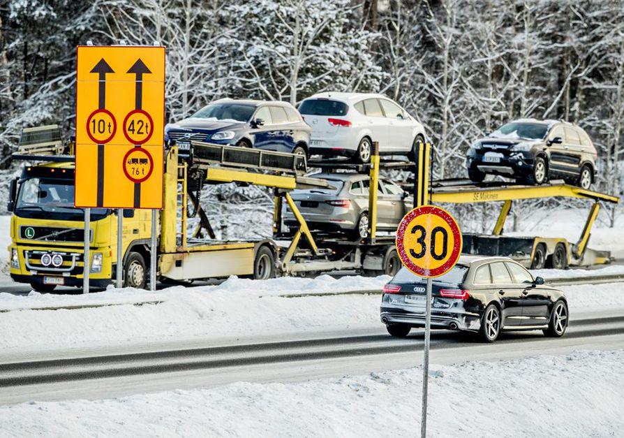 Liikenneviraston projektien toteutus -osaston johtaja Pekka Petäjäniemi sanoo, että Pohjantien siltojen kaltaisia kantavuusongelmia saattaa ilmetä myös muilla tärkeillä silloilla.