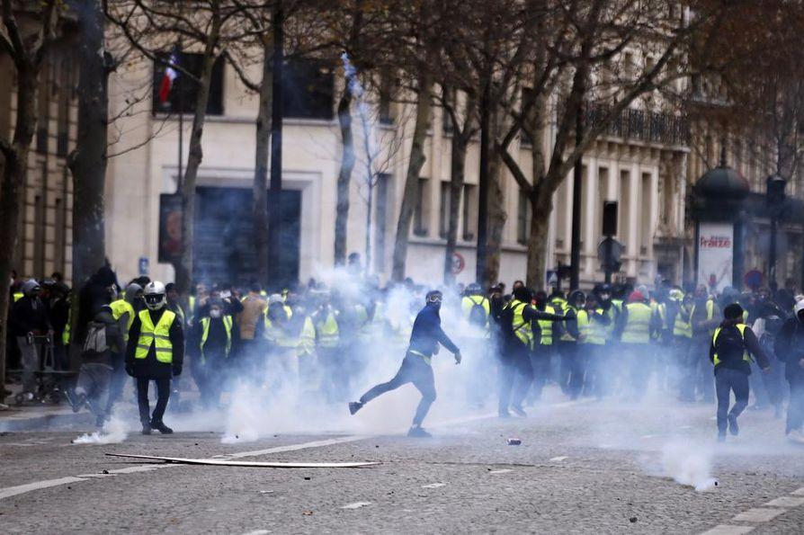 Mielenosoittajat viskoivat poliiseja kivillä ja räjähteillä. Iltaseitsemään mennessä poliisi oli ottanut kiinni 737 ihmistä.