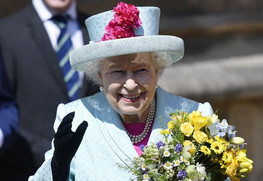 Englannin kuningatar Elisabet on tunnettu värikkäistä asuistaan. Mediatietojen mukaan Elisabet pukeutuu kirkkaisiin väreihin, jotta hän ei jäisi huomaamatta väkijoukoissa.