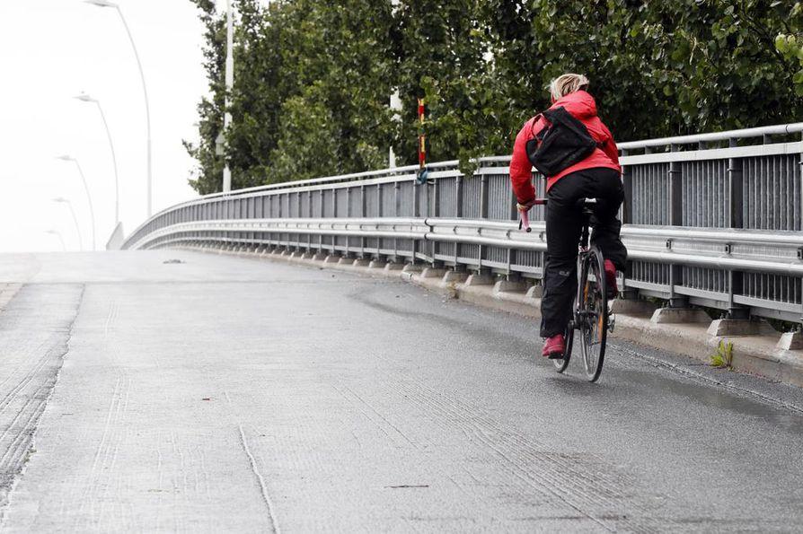 Oulussa ylämäkiä on vähän, mutta pyöräilijälle tuuli on usein vastainen.