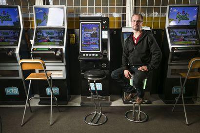 """""""Tajusin pelaavani viimeisiä rahoja muutama tunti sitten tulleesta palkasta"""" – Vähenisikö riippuvuus, jos pelikoneita poistettaisiin kioskeista?"""