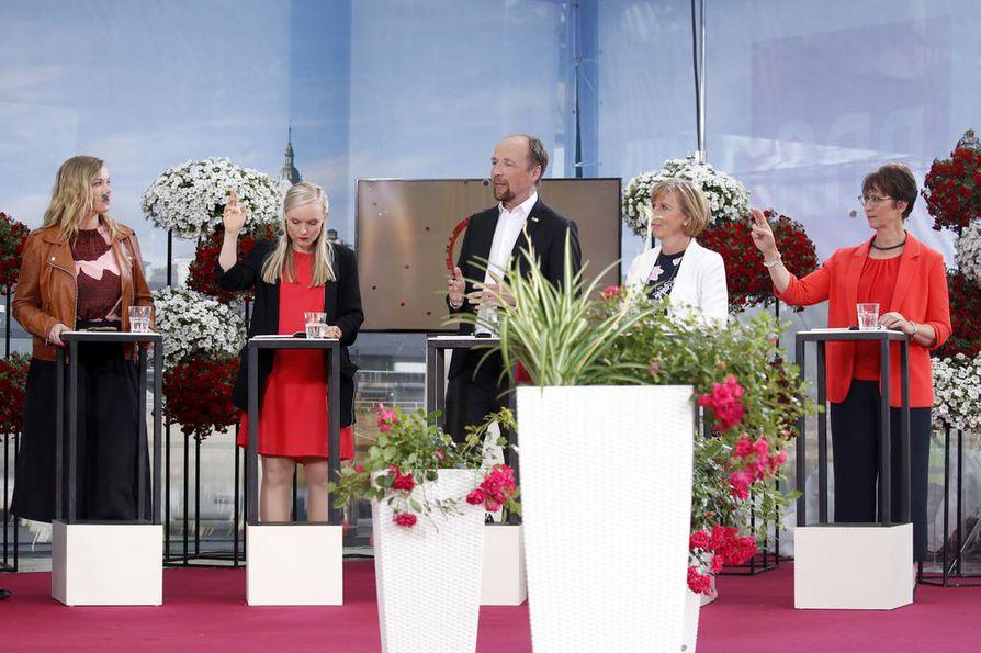 Lähes kaikista puolueista olivat varsinaiset puheenjohtajat paikalla. Kokoomuksella ja keskustalla olivat varapuheenjohtajat lomittajina. Katri Kulmuni, Maria Ohisalo, Jussi Halla-aho, Anna-Maja Henriksson ja Sari Essayah väittelyssä.
