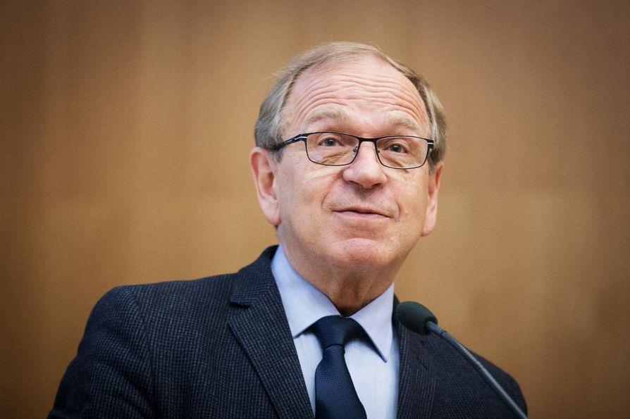 Erkki Liikanen oli sdp:n puoluesihteeri vuosina 1981–1987. Silloin hän ja keskustan Seppo Kääriäinen saivat puoluesihteereiden kesken neuvotella hallituksen ratkaisun päivähoito-ongelmiin.