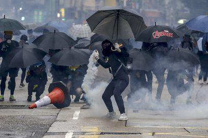 Kymmenet tuhannet uhmaavat naamiokieltoa ja jatkavat mielenosoituksia Hongkongissa
