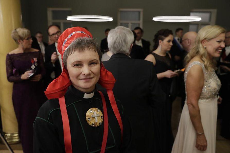Erva Niittyvuopio on pukeutunut mustaan virka-asuun, johon saamelainen käsityöntekijä Jouni Samuel Laiti on tehnyt luonnonmateriaaleista uuden korun.