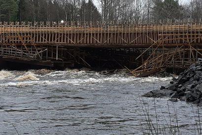 Kiiminkijoen kova virta vienyt Nelostien siltatyömaan rakennustelineitä mukanaan – Destia kertoo keräävänsä joessa ajelehtivaa puutavaraa