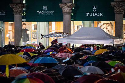"""""""Bella Ciao"""", laulavat Salvinia vastustavat sardiinit Italian toreilla – oikeistojohtajaa vastaan protestoi viikonloppuna kymmeniätuhansia ihmisiä"""