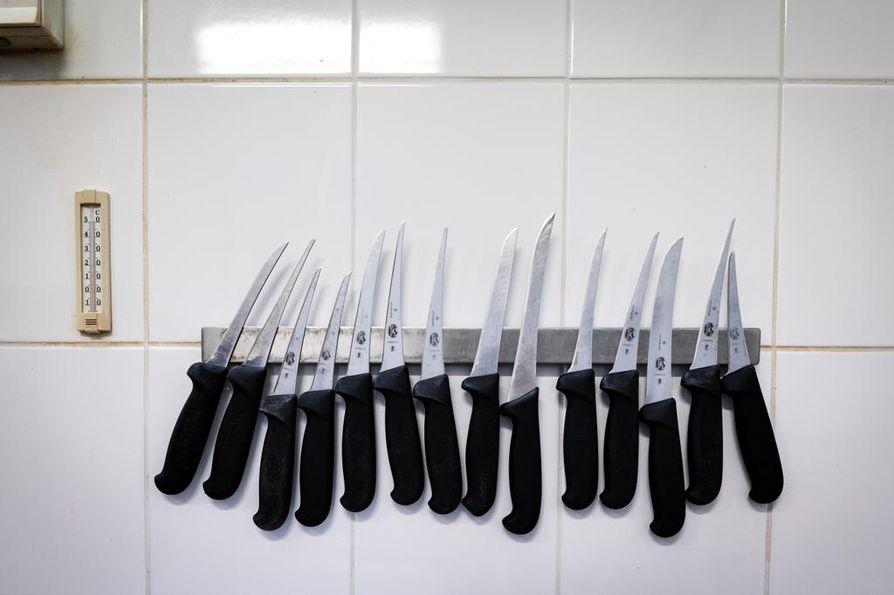 Lihanleikkaamossa oli vielä teurastuspäivänä hiljaista. Kuvassa veitsiä, joilla ruhon osia paloitellaan pienemmiksi paloiksi.